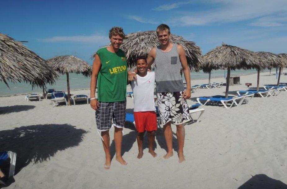 Mindaugas Kuzminskas su broliu Sauliumi ir vietos gyventoju Kuboje