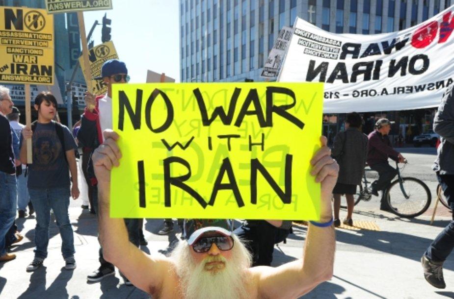 Protestuotojas, laikantis plakatą, kuris ragina nekariauti su Iranu