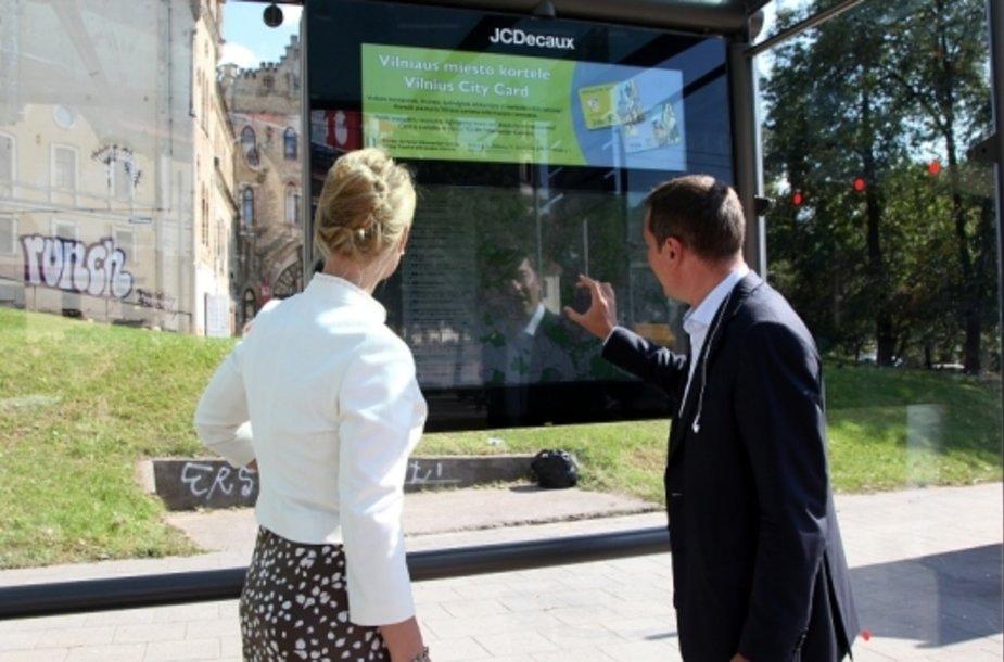Viešojo transporto stotelėse įdiegti žemėlapiai su lietimui jautriais ekranais.