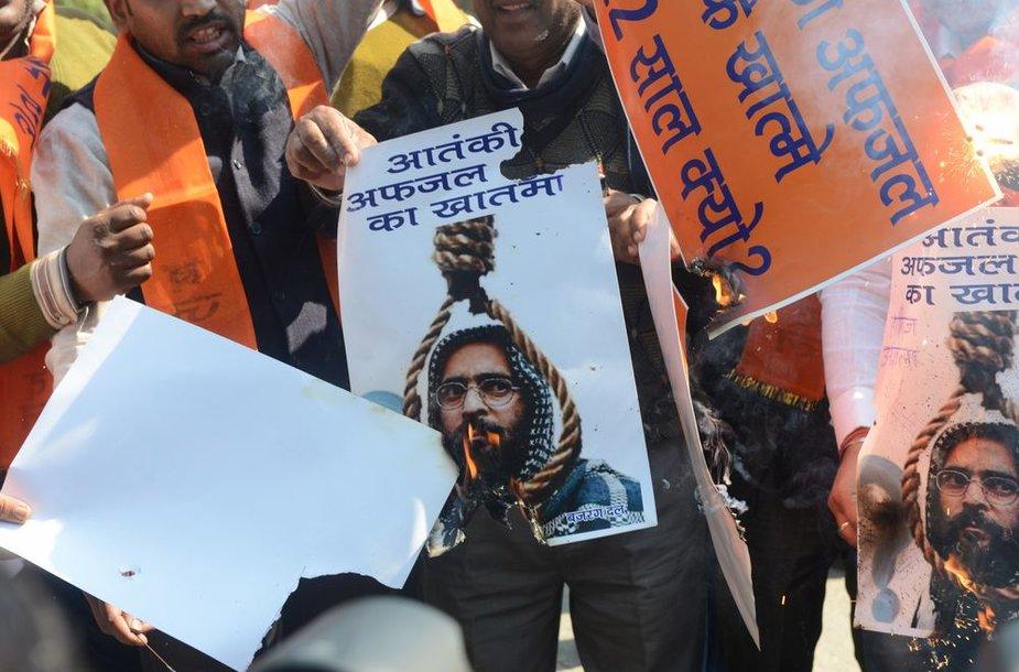 Plakatas, vaizduojatntis pakartą Mohammadą Afzalą Guru