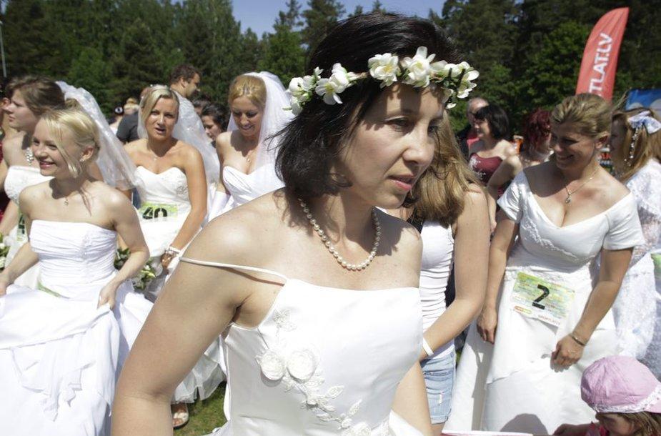 Moterys privalėjo dėvėti nuotakos suknelę