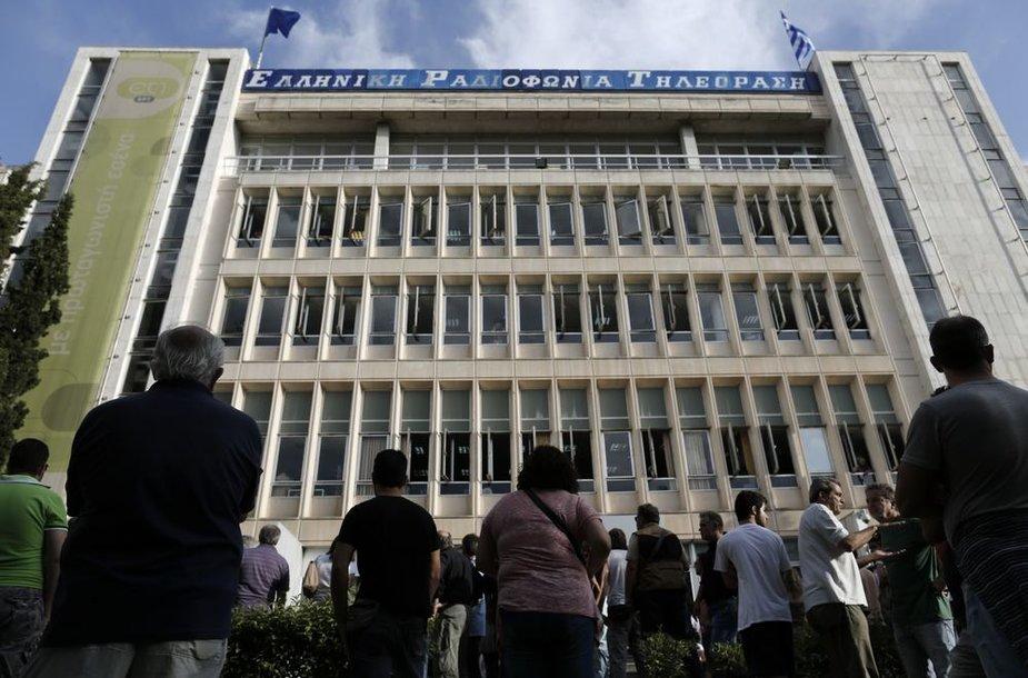 Graikai stovi prie nacionalinio transliotojo ERT pastato
