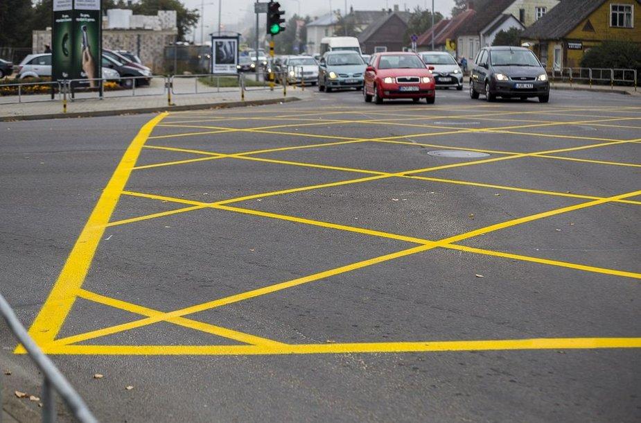 Kelių eismo taisyklėse numatytas sankryžos ženklinimas pieštu geltonu tinklu arba geltonu keturkampiu su X viduryje