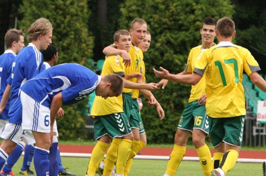 Lietuvos jaunieji futbolininkai džiaugiasi įvarčiu, kairėje G.Sirgėdas