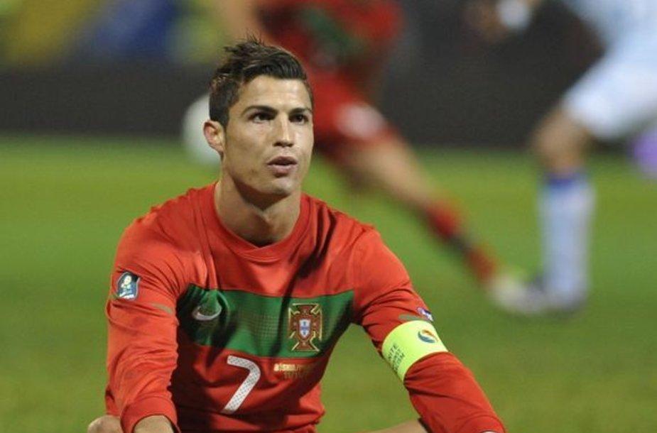 """Cristiano Ronaldo sėdi """"daržovių lauke"""""""