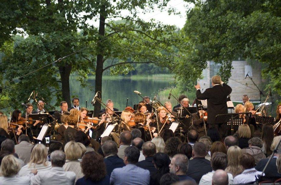Ežero pakrante nuvilnijo svajinga muzika.