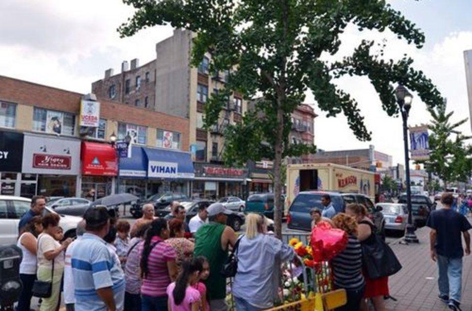 """Naujajame Džersyje maldininkai plūsta prie medžio su """"Mergelės Marijos atvaizdu""""."""