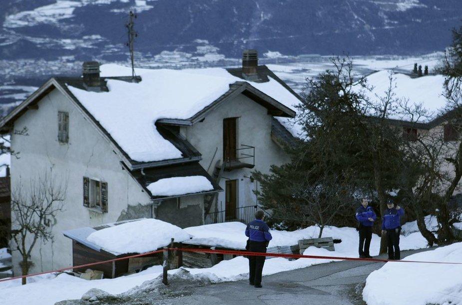 Šveicarijos policija Dejono kaime, šalia nusikaltimo vietos