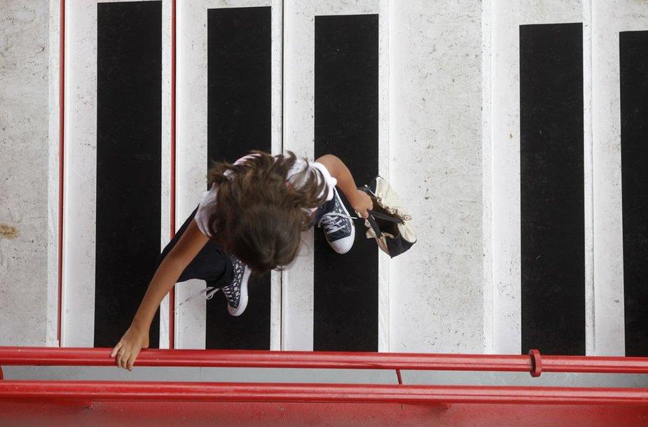 Vaikas šoka ant grojančių laiptų San Paule
