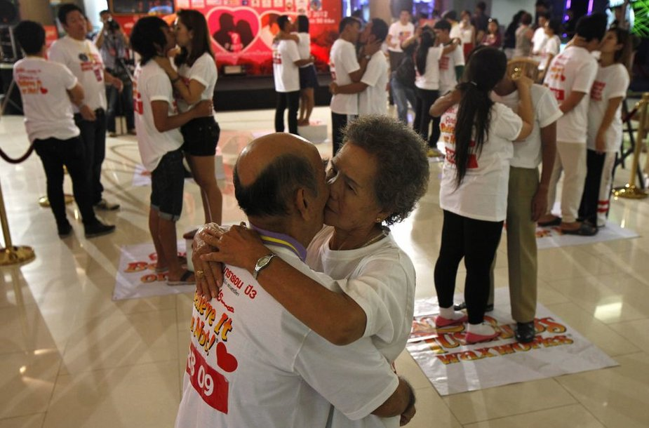 Tailande siekiama ilgiausio bučinio rekordo