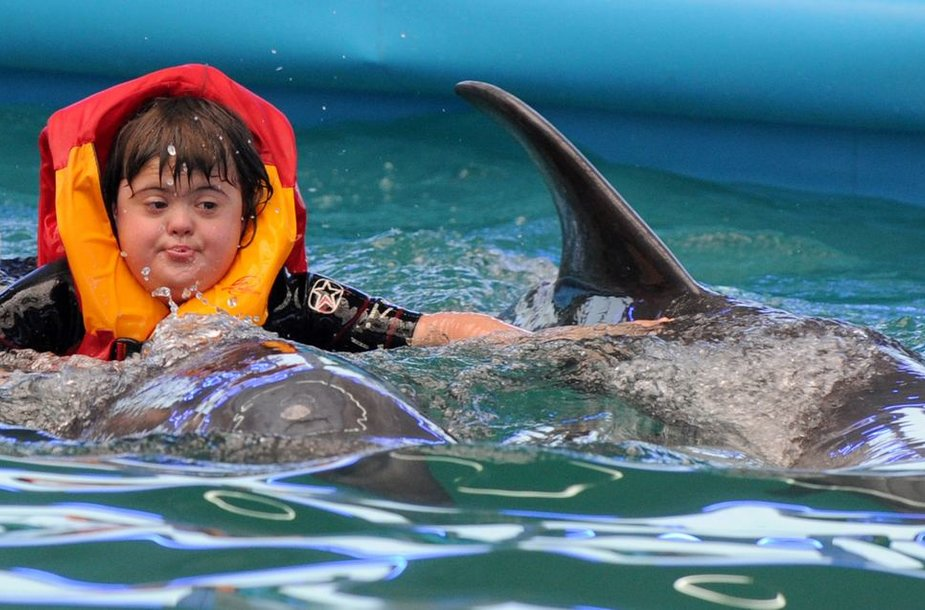 Dauno sindromo paveiktų vaikų terapija su delfinais