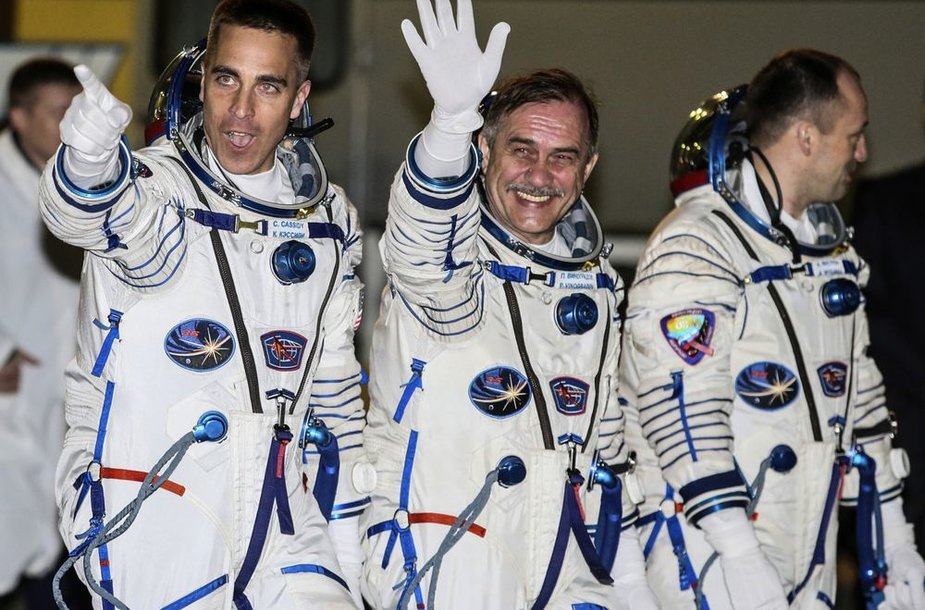 """""""Sojuz"""" įgula: Chrisas Cassidy, Pavelas Vinogradovas ir Aleksandras Misurkinas"""