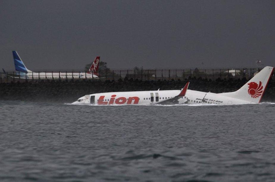 Balio saloje į jūrą nuslydo lėktuvas