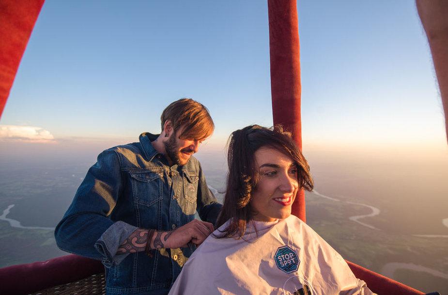 Valerijus Gigevičius kerpa moterį oro balione