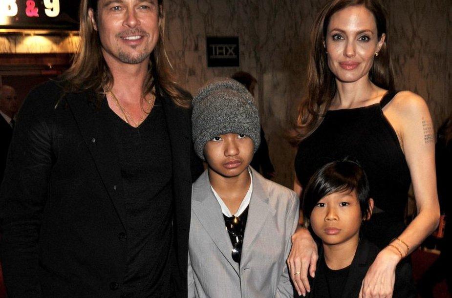 Bradas Pittas ir Angelina Jolie su sūnumis Maddoxu (antras iš kairės) ir Paxu (antras iš dešinės)