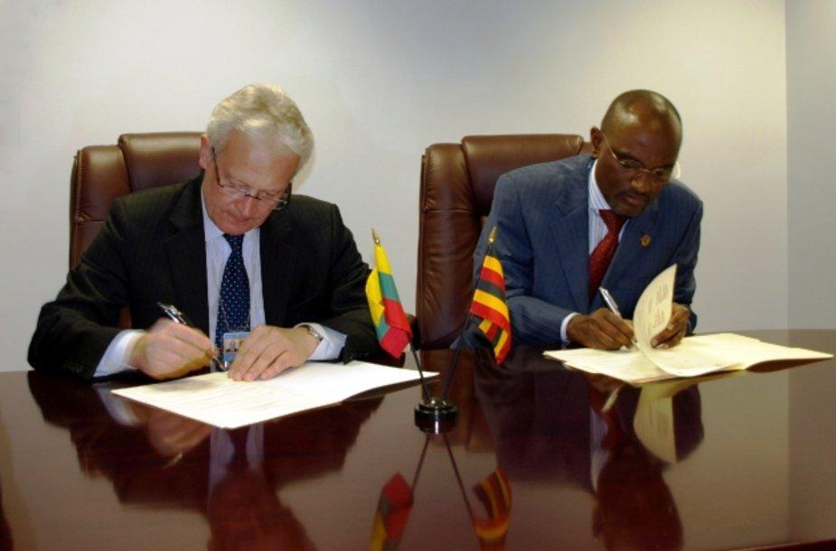 Lietuvos nuolatinis atstovas JT ambasadorius Dalius Čekuolis ir Ugandos nuolatinės misijos Jungtinėse Tautose laikinasis reikalų patikėtinis ambasadorius Adonia Ayebare