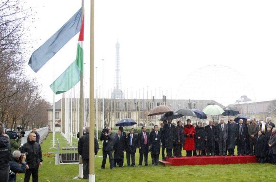 Prie Jungtinių Tautų kultūros agentūros UNESCO būstinės Paryžiuje iškelta naujosios narės Palestinos vėliava.