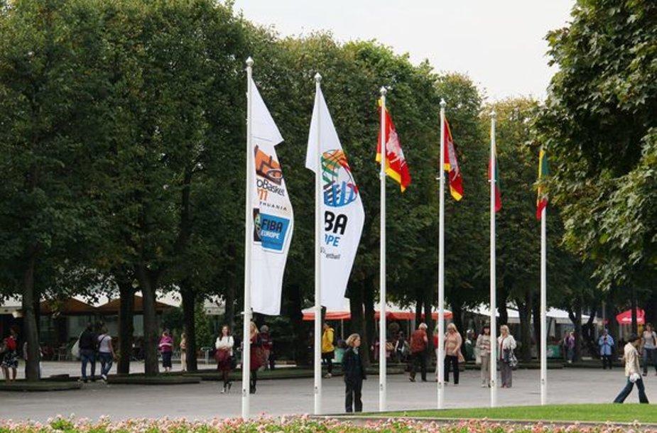 Prie Kauno savivaldybės plėvesuoja krepšinio čempionato vėliava.
