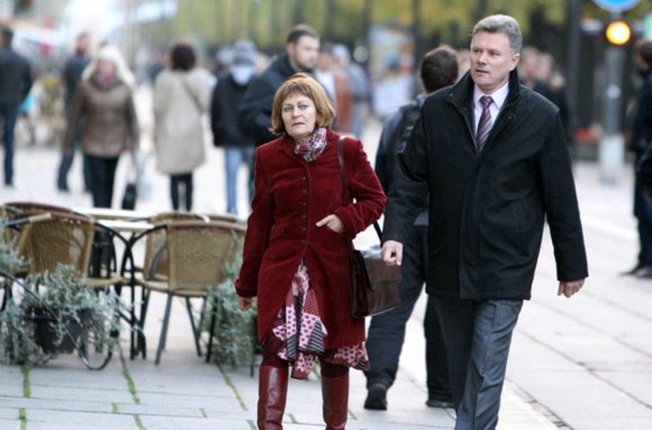 R.Mikaitis į teatrą atėjo su J.Krėpštos žmona Rasa.