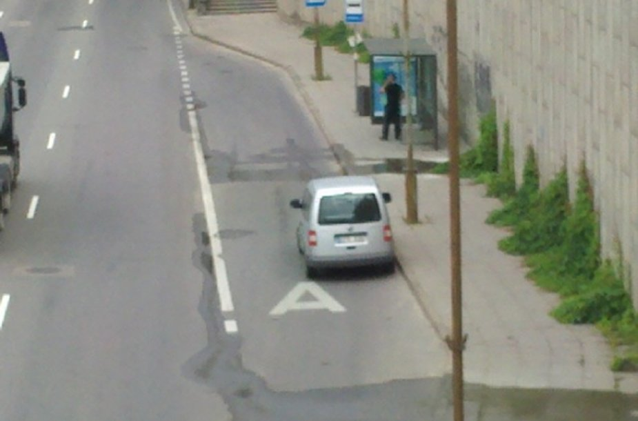 Policijos automobilis autobusų stotelėje