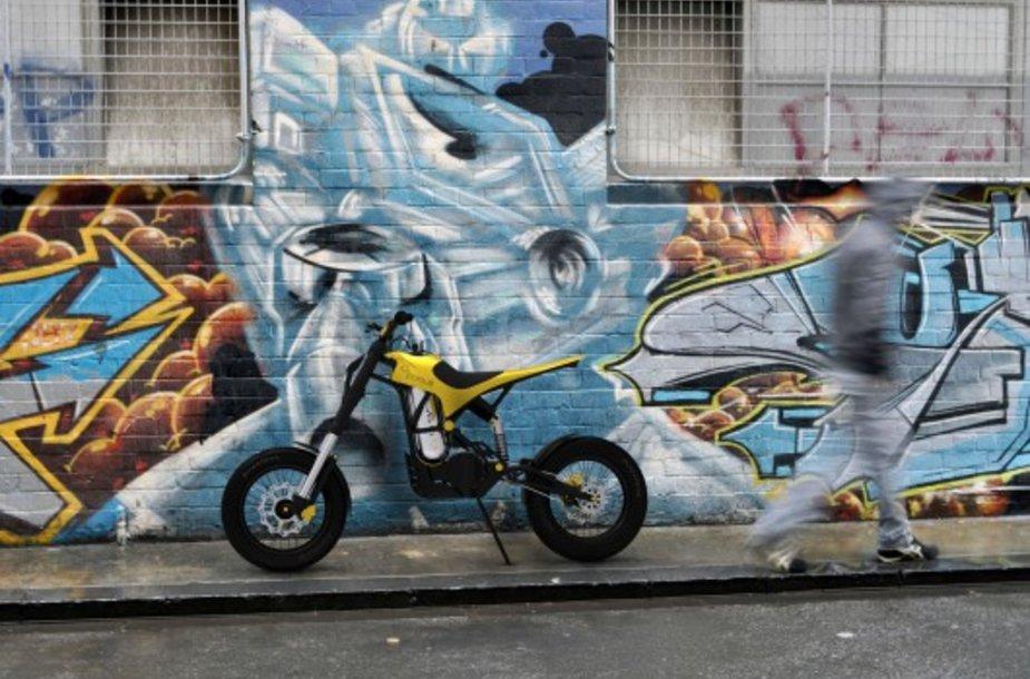 """Oru varomas motociklas """"02 Pursuit"""""""