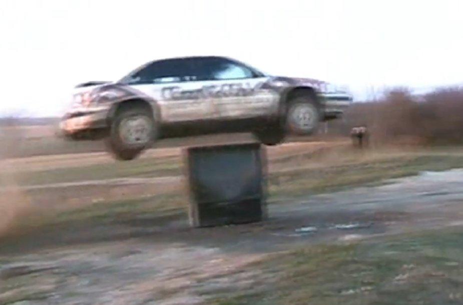 Automobilis peršoko per dėžėje įsitaisiusį žmogų