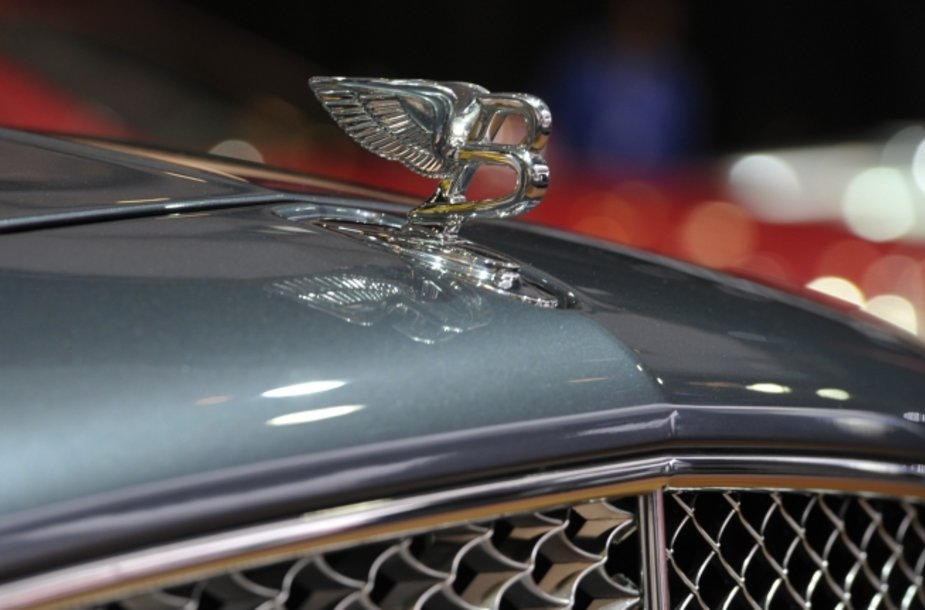 """Bentley Mulsanne"" ženklas ant variklio gaubto"
