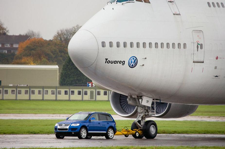 """""""Volkswagen Touareg"""" tempa lėktuvą"""