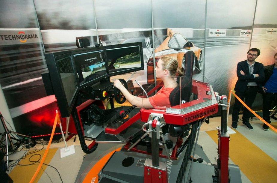 Joana Survilaite bando lenktynių simuliatorių