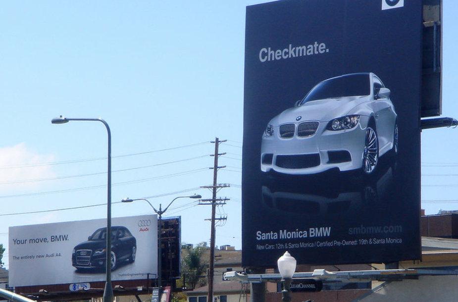 """""""Audi"""" ir BMW reklaminiai stendai"""