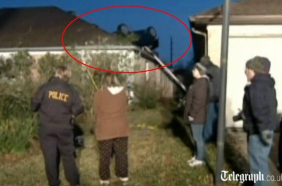 Teksase automobilis užlėkė ant namo stogo