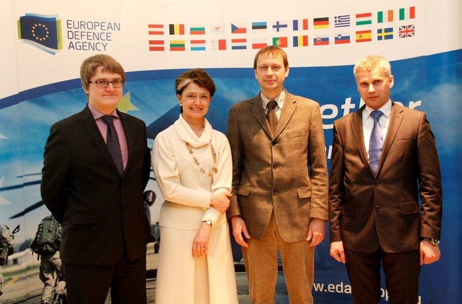 EGA vadovė Claude-France Arnould su Baltijos šalių nacionaliniais ginkluotės direktoriais (plk. V. Šiaučiulis – pirmas dešinėje)