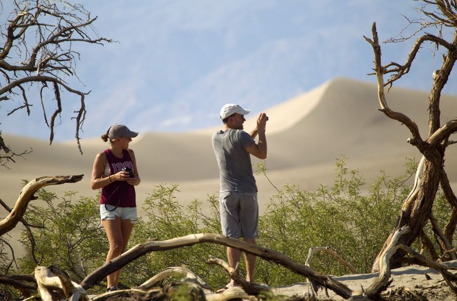 Turistai vaikšto po Mirties slėnį Kalifornijoje