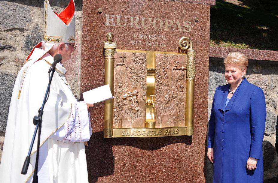 """Insulos kalvos papėdėje esančioje Didžiojoje Žemaičių sienoje šalies vadovė Dalia Grybauskaitė atidengė istorinę plokštę Žemaitijos krikštui """"Euruopas krėkšt 313-1413 m."""" ir pasveikino iškilmių dalyvius."""