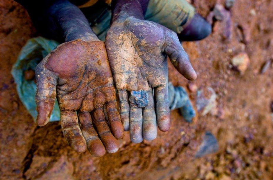 Mobiliųjų telefonų gamintojų naudojami mineralai išgaunami vergišku darbu