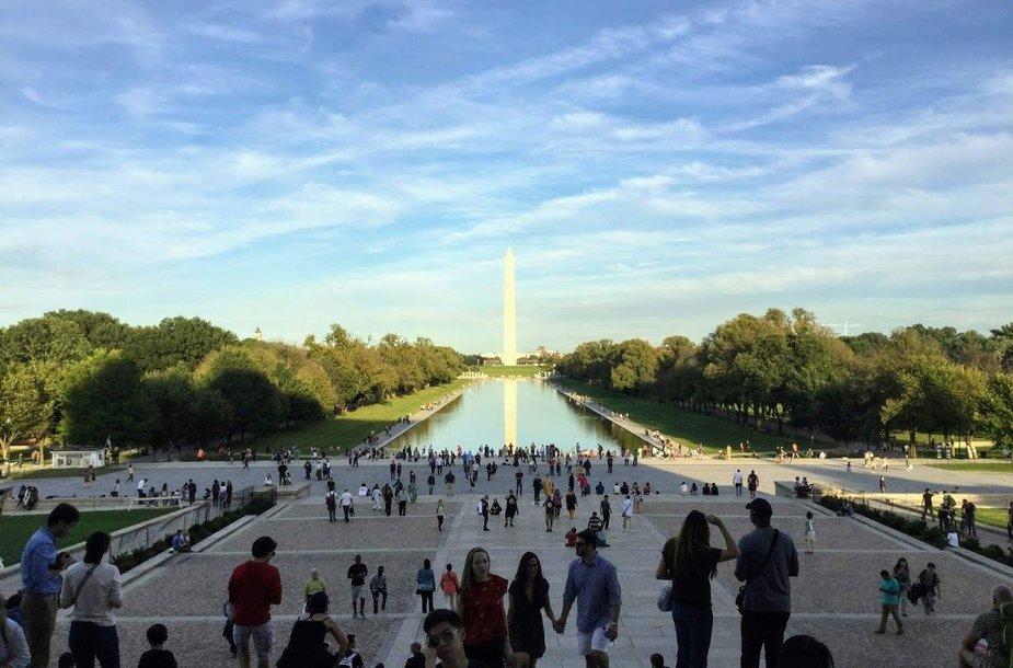 Tolumoje matyti paminklas George'ui Washingtonui