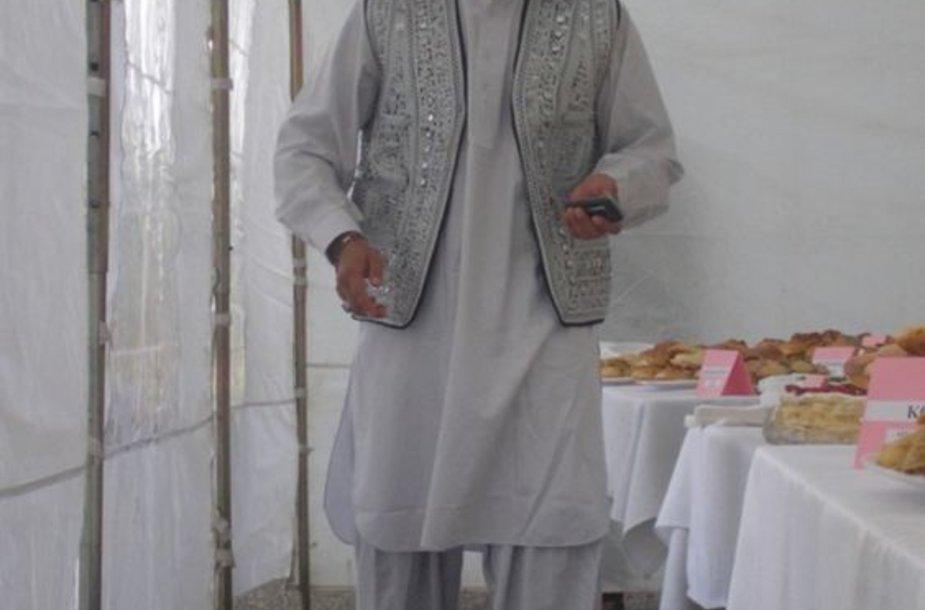 Mohammadas Raufas Shakizada su tautiniu kostiumu Pasaulinės pabėgėlių dienos minėjimo metu