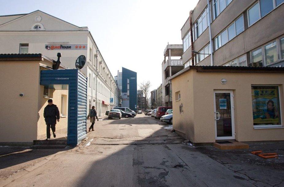 Šalia šių loftų Ševčenkos gatvėje yra sunkiaisiais metalais užteršta teritorija.