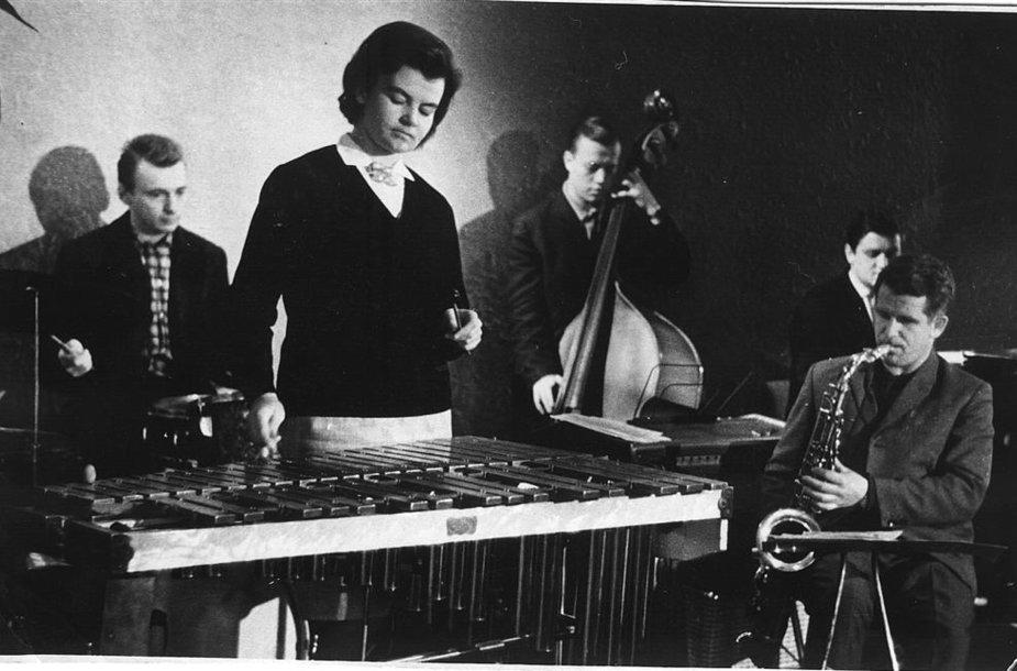 """Populiarus ansamblis """"Tulpė"""" vėliau tapęs Lietuvos radijo ir televizijos instrumentiniu ansambliu: R.Vaičekauskas (būgnai), V.Tiškuvienė-Rekienė (metalofonas), H.Berkus (kontrabosas),  E.Borisevičius (saksofonas), R.Grabštas (klavišiniai)."""