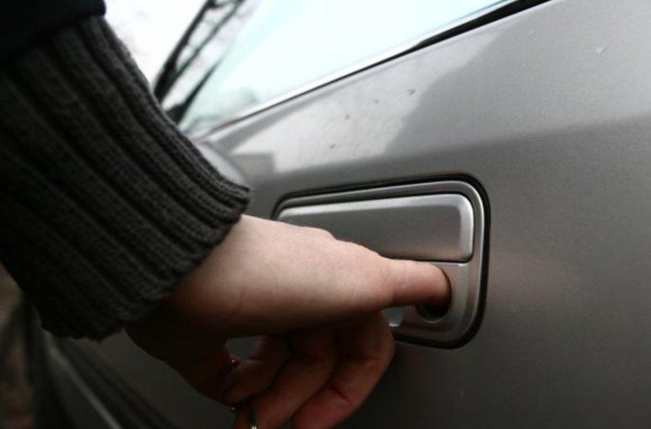 Vagys iš parduotuvių gvelbė rūbus naudodamiesi mašinvagių išbandytais metodais.
