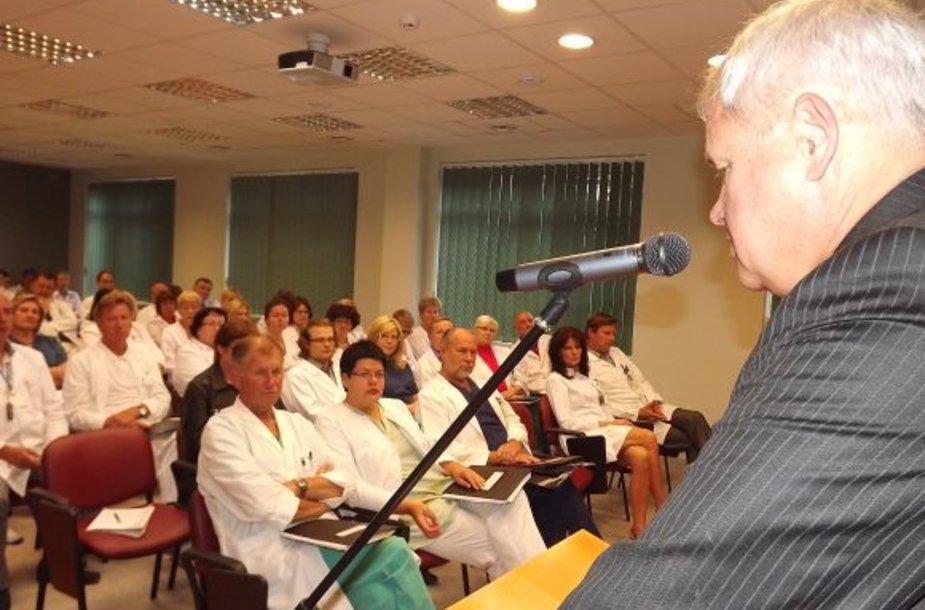 Su ligoninių medikais susitikęs V.Grubliauskas ragina juos išsikalbėti, tačiau šie atvirai prabilti nedrįsta.