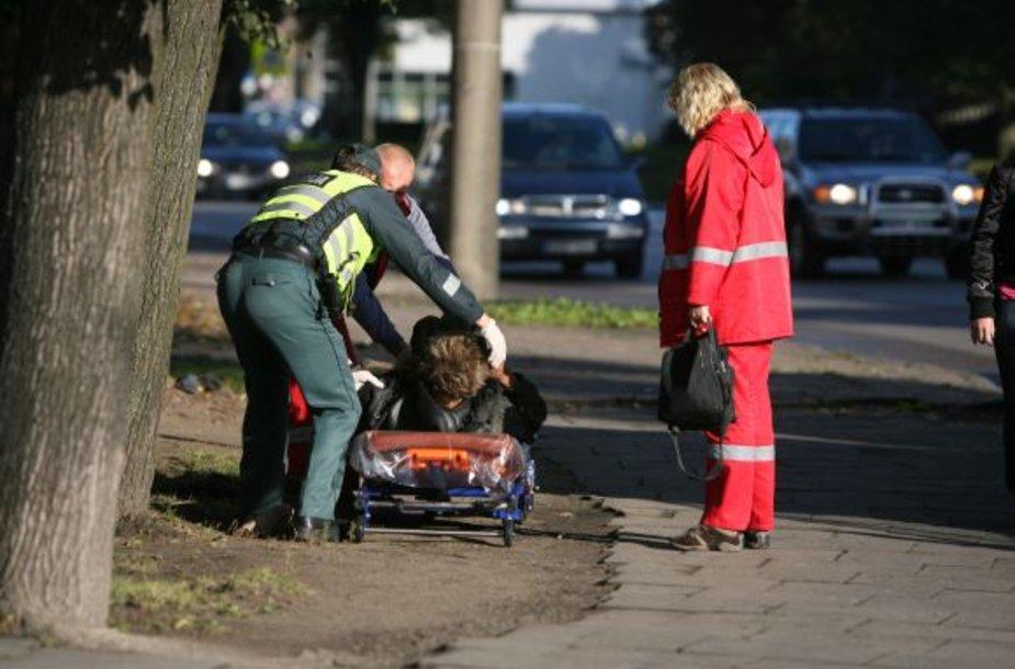 Gatvėje besivoliojančius girtuoklius surenkantys pareigūnai ir medikai neturi kur jų nuvežti.