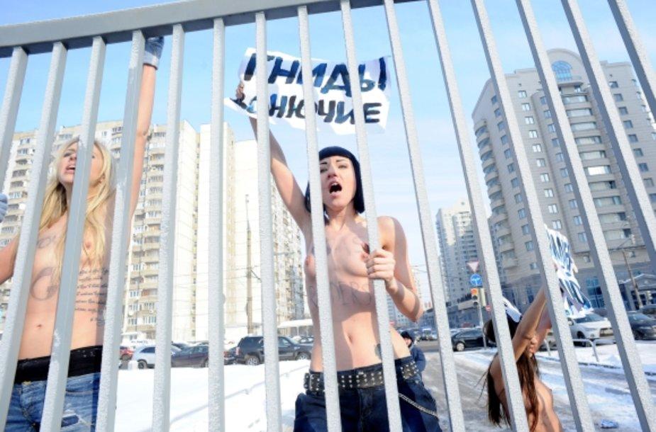 Aktyvistės protestuoja nepaisydamos šalčio