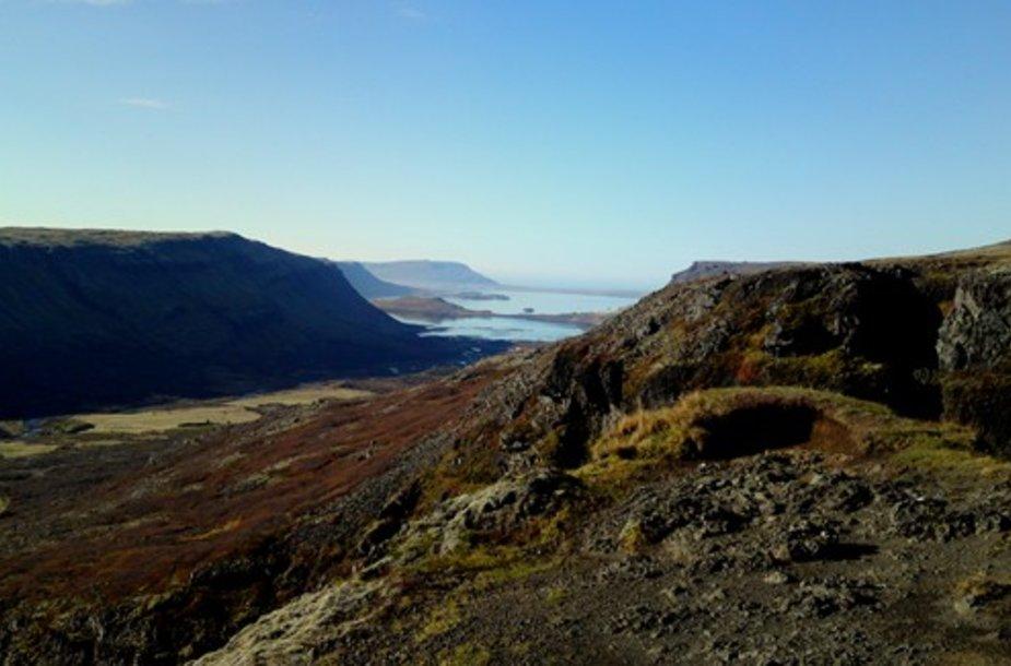 Einant link aukšciausio Islandijos krioklio Glymur