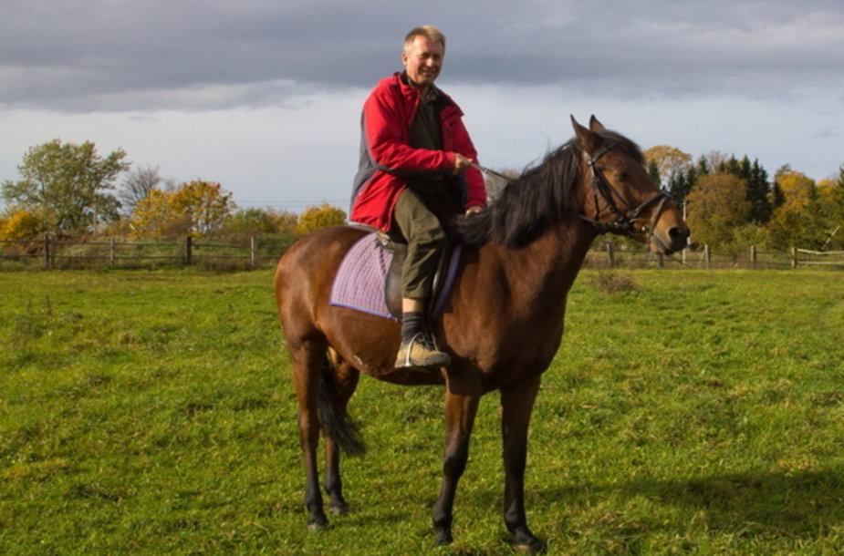 Po Kurtuvėnų reg. parką galima keliauti žirgais