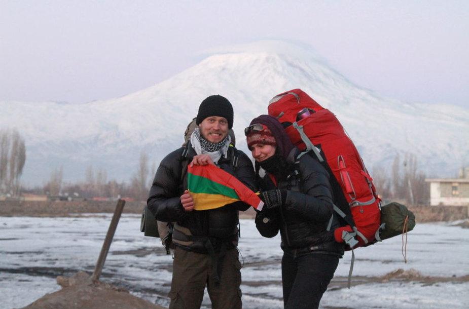 Team LT prie Turkijos-Irano sienos. Už nugaros Ararato kalnas
