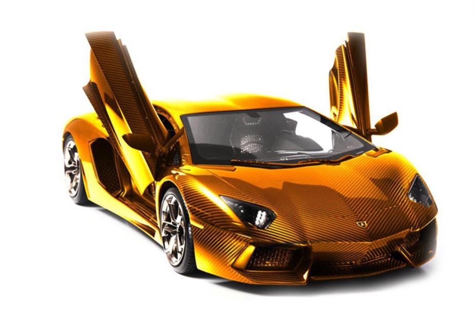 """Auksu, platina ir deimantais papuoštas """"Lamborghini Aventador"""" modeliukas"""