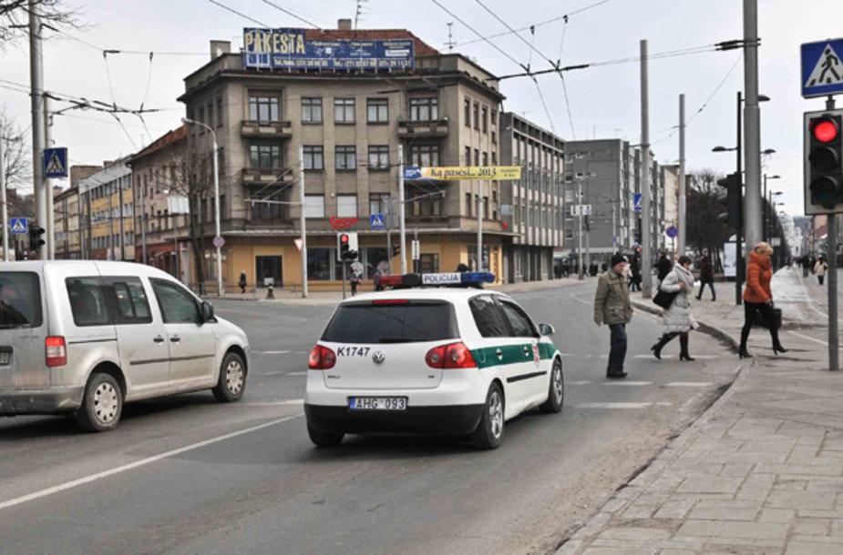 Pagundų gatvę pereiti degant raudonam šviesoforo signalui beveik nekyla, kai ties ja sustojęs policijos ekipažas