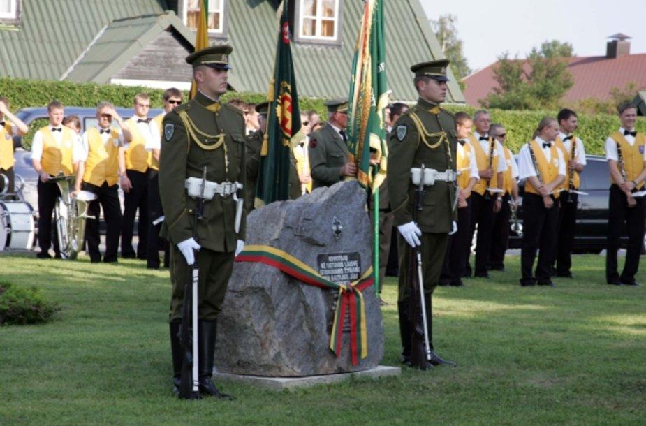 lietuvio rezistento Jono Pajaujo sodybojeGotlande (Švedijoje) atidengta atminimo lenta Lietuvos ir Švedijos rezistenciniams ryšiams atminti