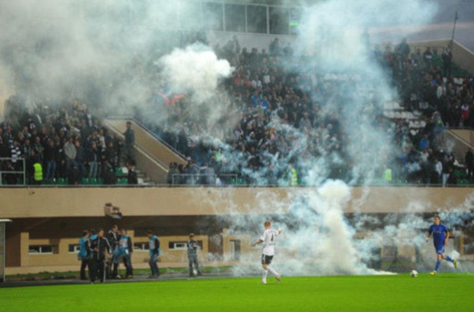 Матч «Торпедо» - «Динамо» прекращен из-за беспорядков на трибунах.